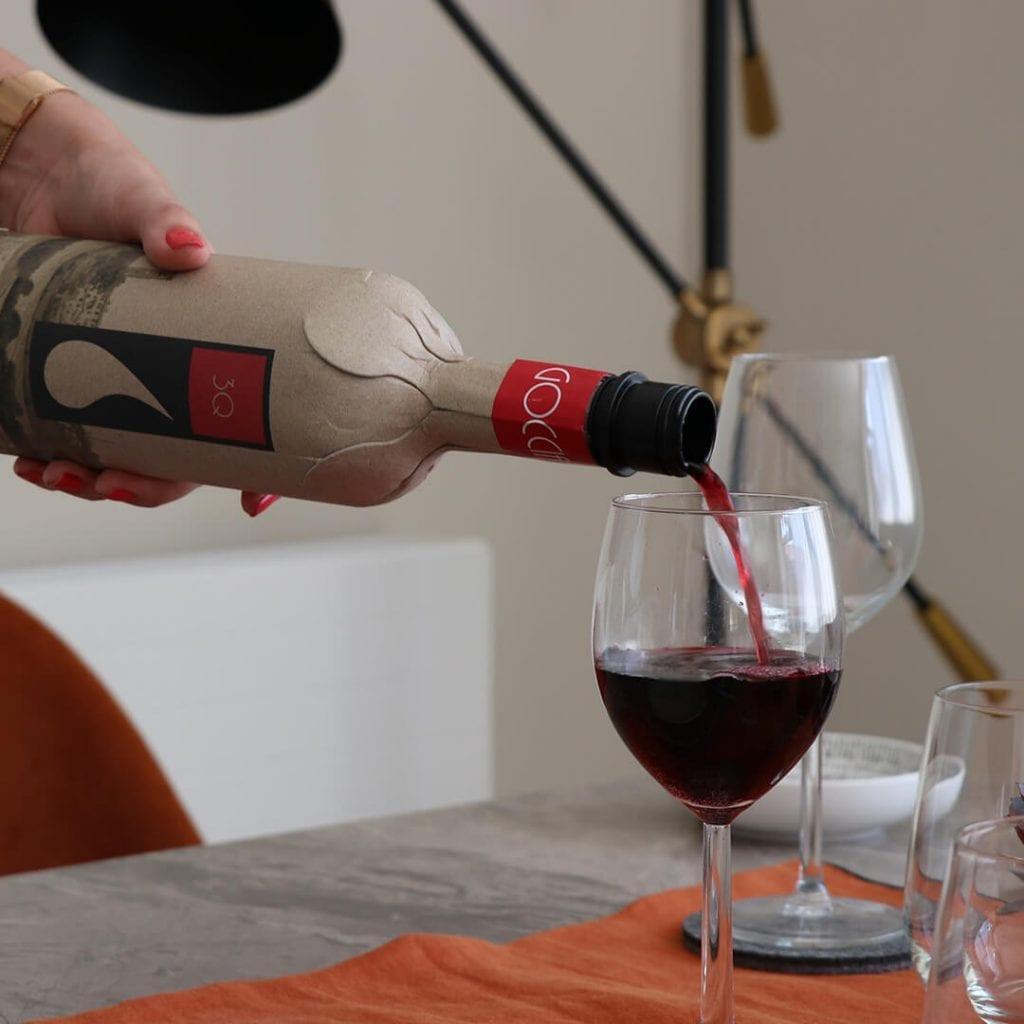 Frugal sirviendo una copa de vino