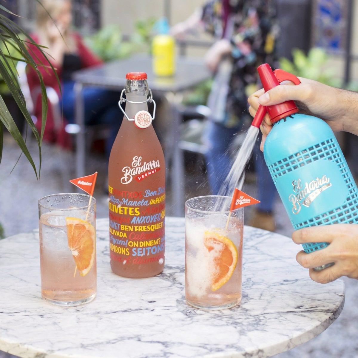 botella de Bandarra Rosé servida con sifón Bandarra al fresco