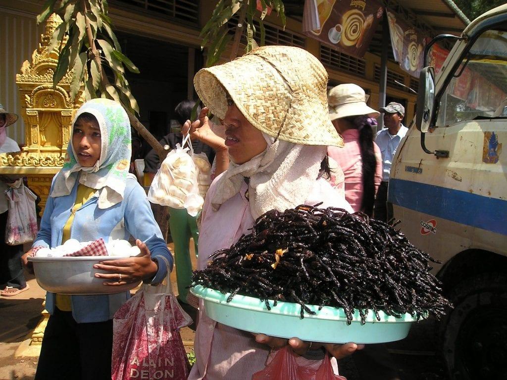 Mujeres vendiendo insectos comestibles en Camboya