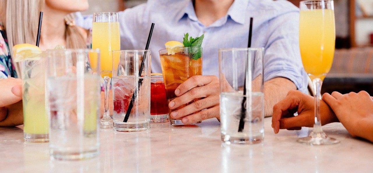 Amigos bebiendo sobre una mesa