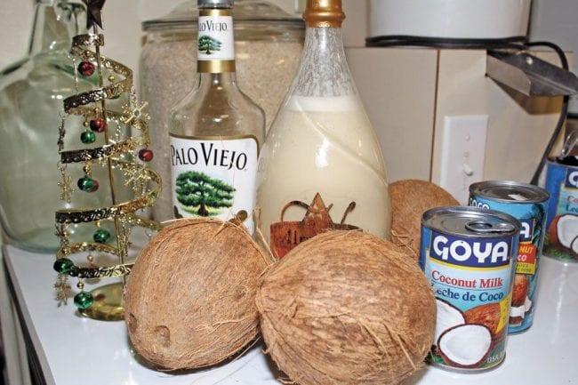 Coquito puertorriqueño con sus ingredientes