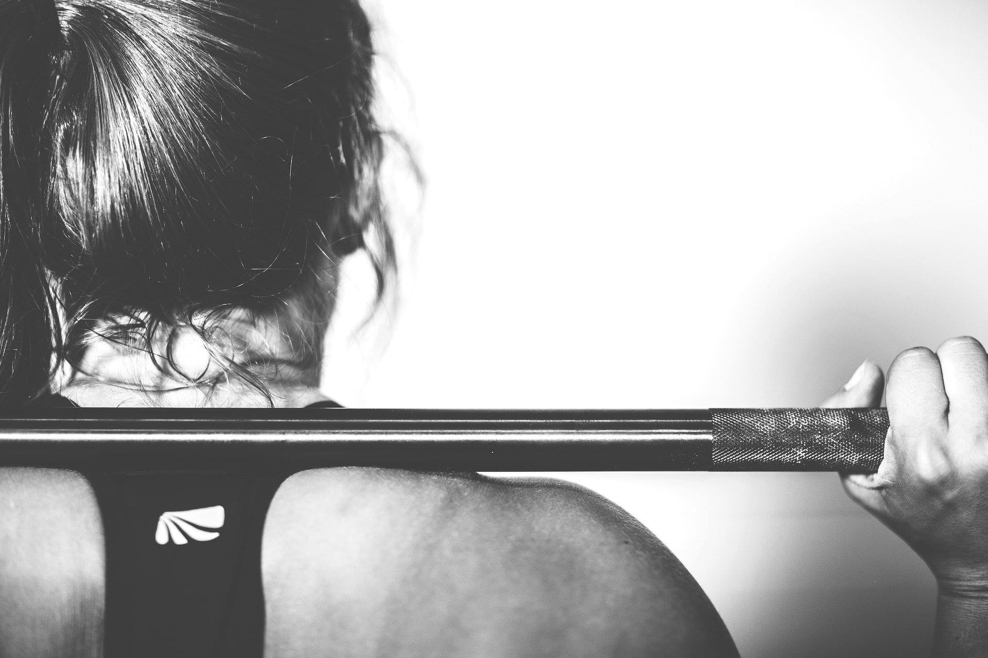 Mujer levantando una pesa