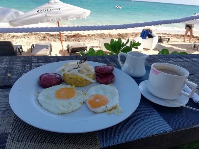 Desayuno dominicano consistente en mangú a los tres golpes y café