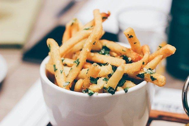Cuenco con patatas fritas