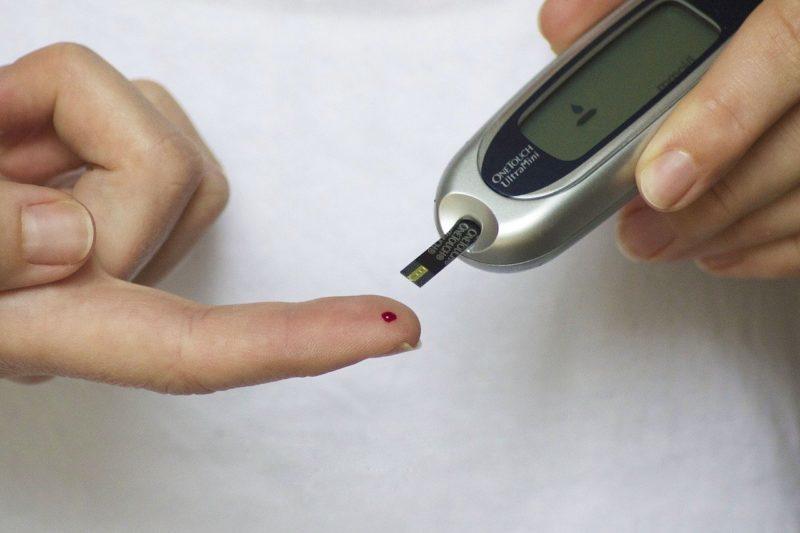 Persona diabética detectando su nivel de azúcar