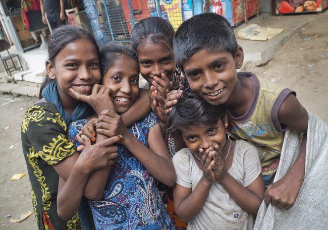 Niños pobres bangladesíes
