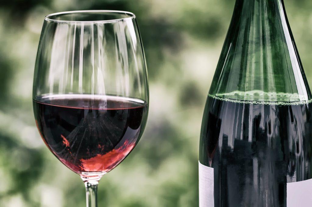 copa y botella vino