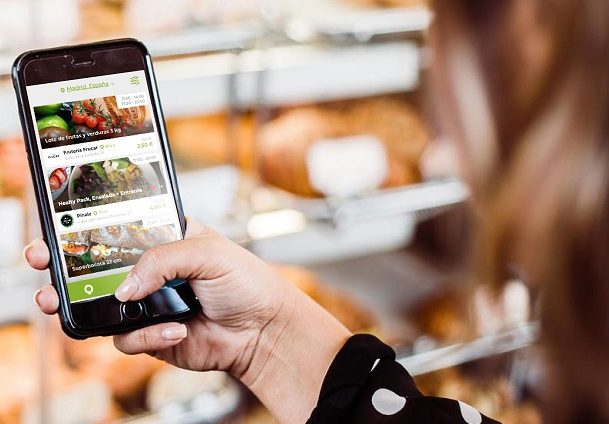 Persona utilizando la app Encantado de comerte