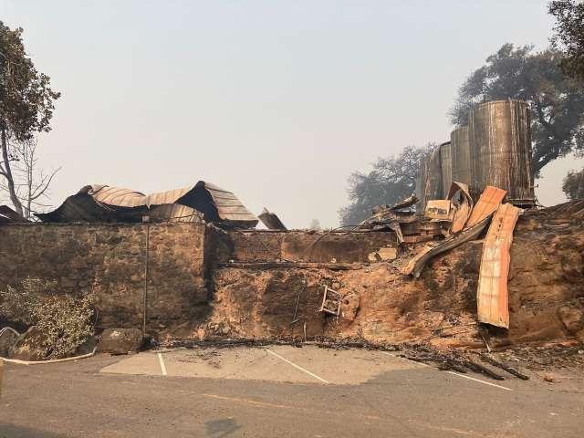 el fuego arrasa bodegas en California