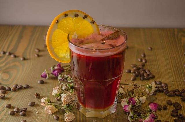 Vaso de vino calentito con rodaja de naranja