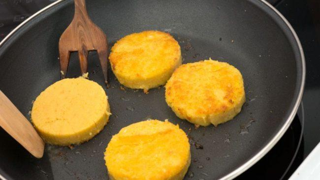 Hambúrgueres de grão de bico e polenta