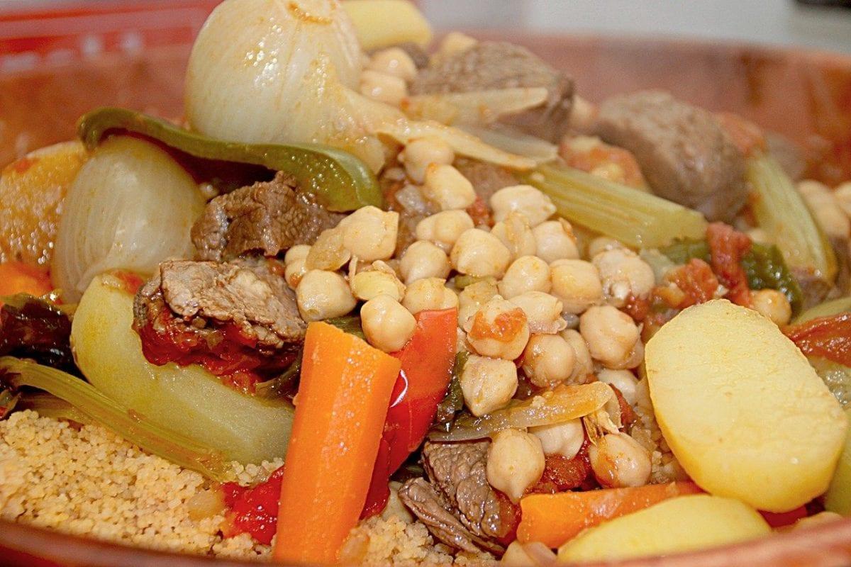 cuscús marroquí con carne, verdura y garbanzos