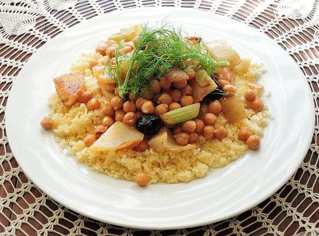 plato de cuscús con garbanzos
