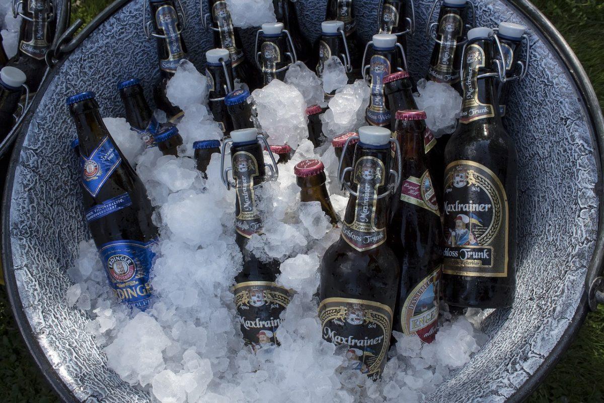 refresque uma cerveja em uma tigela