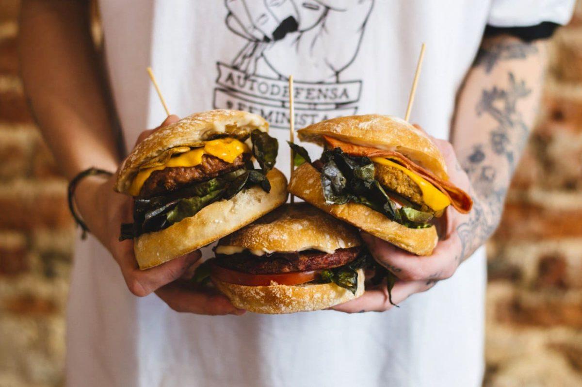 Três hambúrgueres vegetarianos