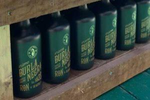 Botellas del ron pirata Burla Negra